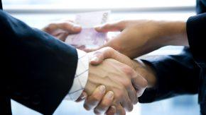 Eine Hand wäscht die andere - auch mit Geld...